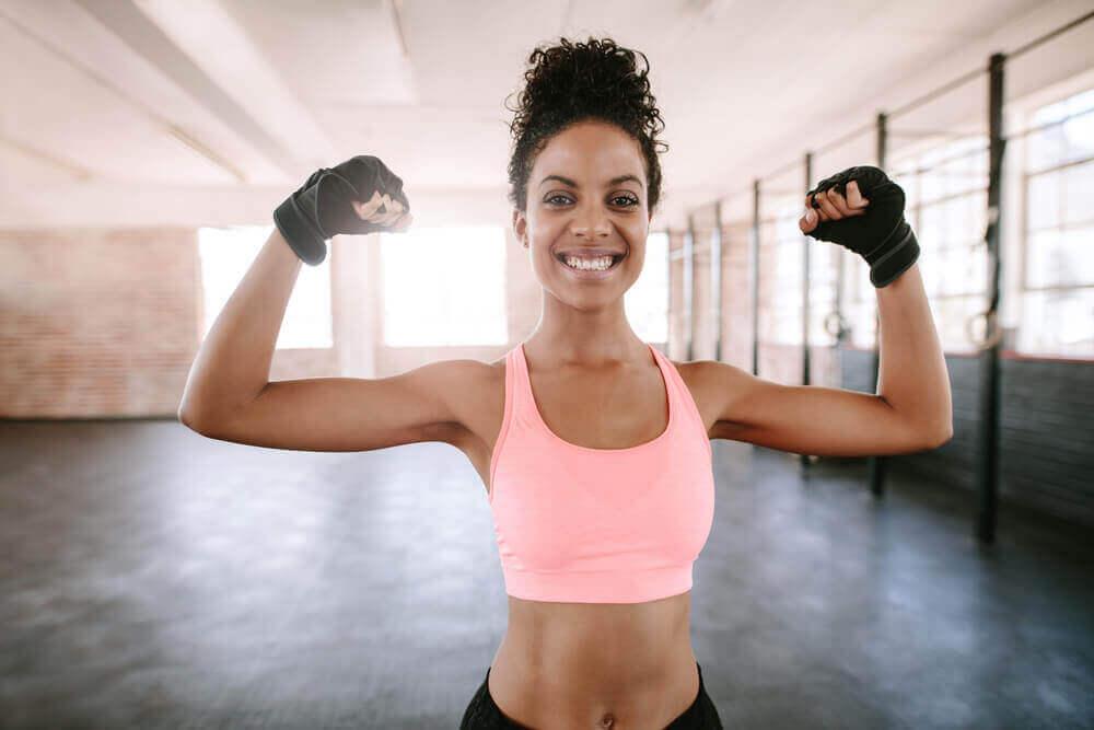 Fazer exercícios que dão forma ao corpo e que tonifiquem os músculos são úteis para tratar a flacidez