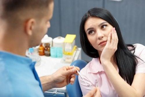 Para cuidar da saúde dental deve visitar o dentista