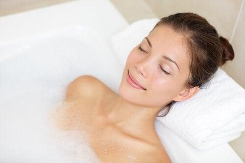 Banho de água quente para aliviar a dor de cabeça