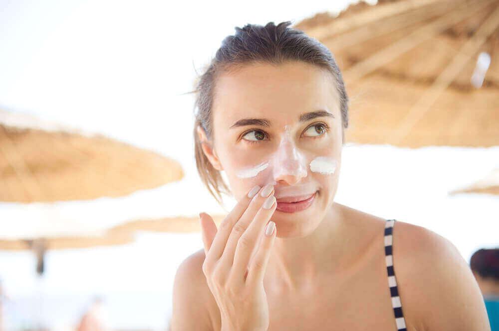A exposição desigual à luz solar é um dos fatores que causam manchas na pele