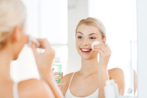 Passar tônicos no rosto ajuda a manter a pele limpa e macia