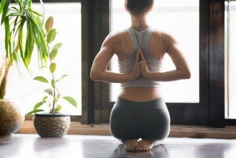 Para a prática de ioga busque um lugar tranquilo