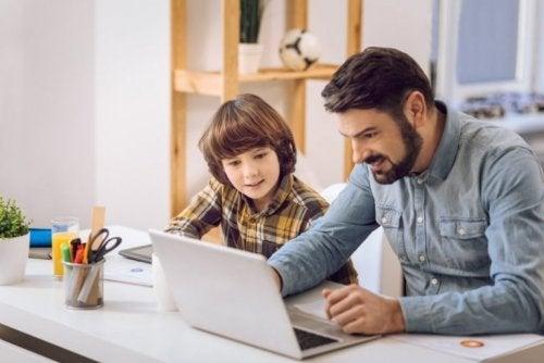 Pai ajudando seu filho a estudar