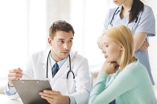 Mulher fazendo perguntas incomuns que você deve fazer ao ginecologista