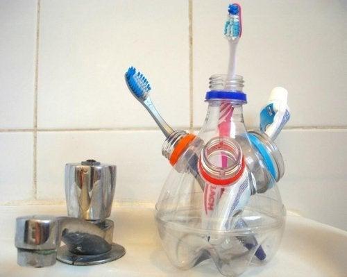 Porta escova de dentes feito com embalagens de plástico