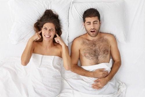 Mulher não conseguindo dormir pelos roncos do parceiro