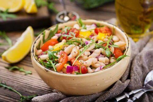 2 maneiras diferentes de fazer uma salada com feijão