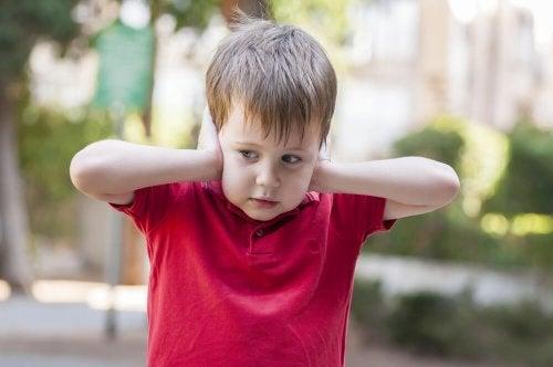 Sinal de autismo: sensibilidade a barulhos fortes