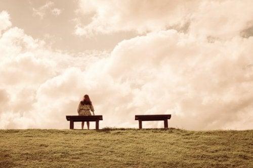 Mulher com medo da solidão sentada no banco