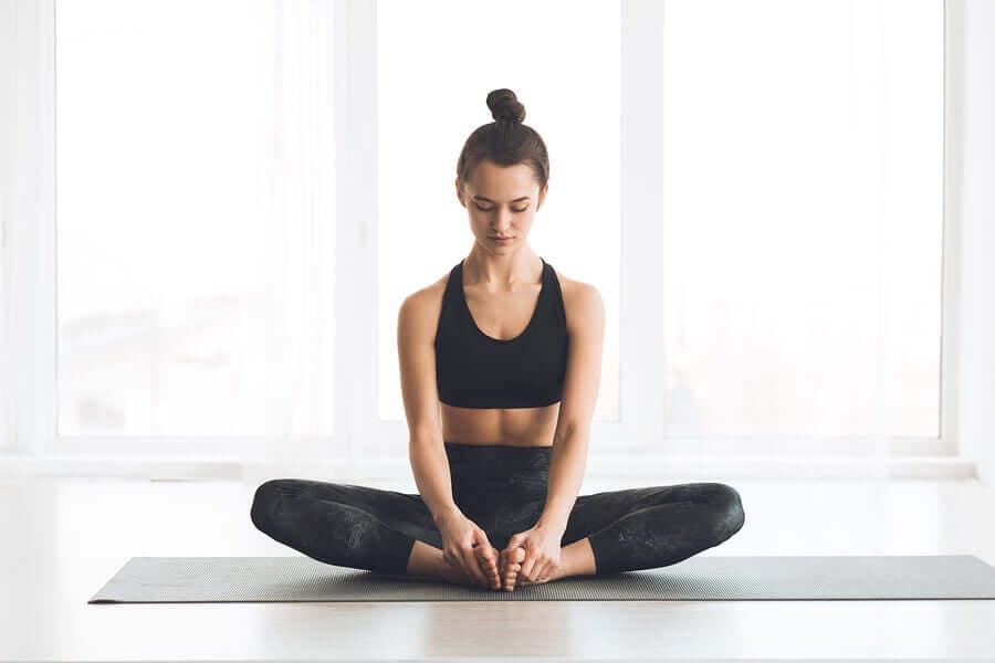 A postura da borboleta é um exercício de yoga que ajuda a relaxar os quadris e os músculos da parte inferior das costas