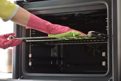 7 truques para limpar as bandejas do forno