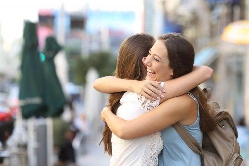 Abraço entre amigos