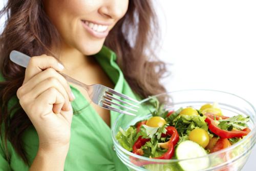 Mulher se alimentando bem para prevenir os brotos de psoríase