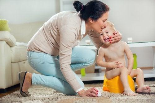 Criança aprendendo a controlar o xixi