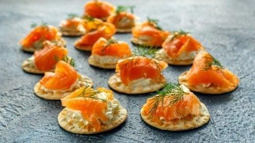 Blinis de salmão defumado e molho tártaro