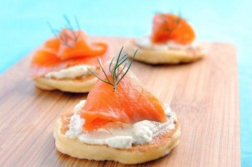 Blinis de salmão e queijo