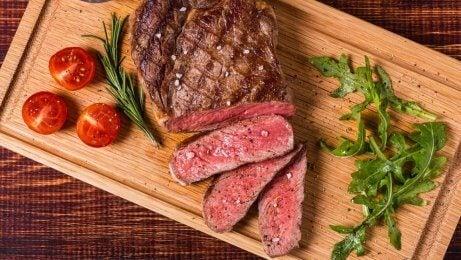 As proteínas da carne ajudam a  manter a saúde do cabelo