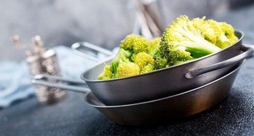 Chips de brócolis como alternativa de lanches saudáveis