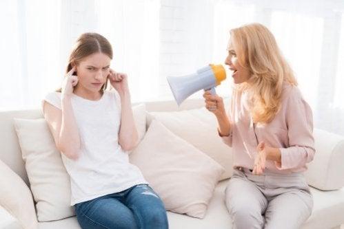 Como os gritos prejudicam as crianças