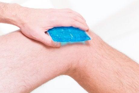 Aplique uma terapia de calor e frio na osteoartrite