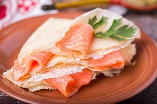 Encante-se com os blinis de salmão defumado e molho tártaro