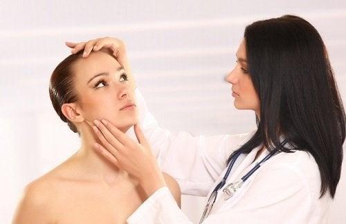Dermatologista diagnosticando candidíase
