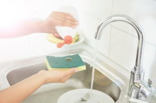 5 truques para desinfetar as esponjas da cozinha