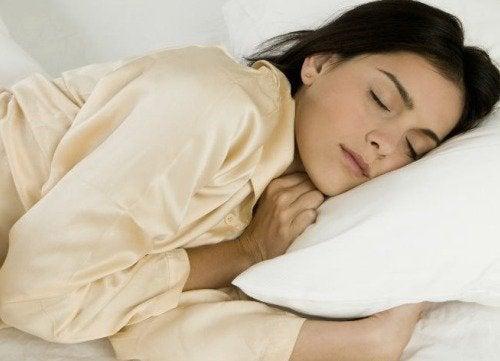 mulher tendo um bom descanso para prevenir os brotos de psoríase