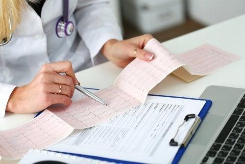 Médico avaliando eletrocardiograma