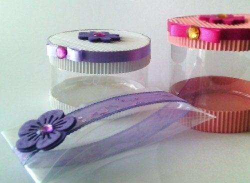 Caixas de presente com garrafas de plástico
