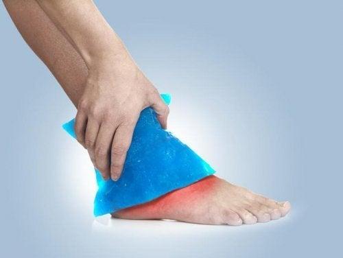 Compressa de gelo no tornozelo