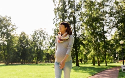 A faixa abdominal ajuda a gestante a caminhar