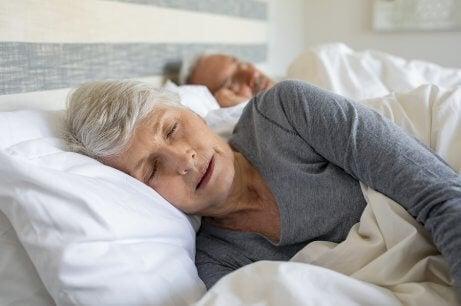 Casal de idosos dormindo