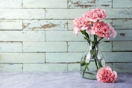 3 maneiras rápidas de limpar os vasos de vidro