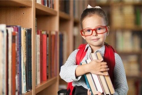 Menina estudando na escola