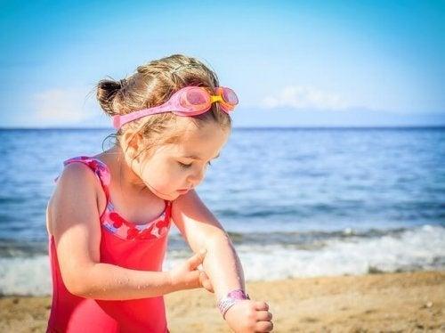 Crianças com psoríase devem usar protetor solar