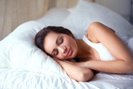 Mulher descansando para evitar desejos por açúcar