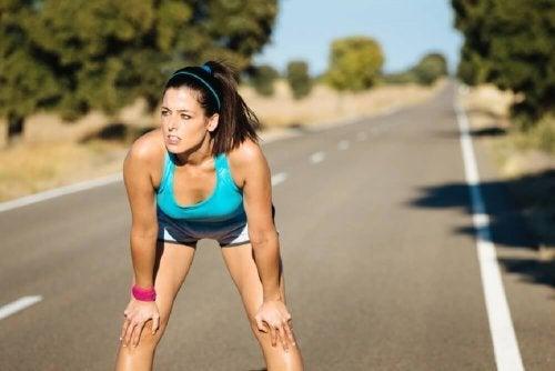Mulher cansada pelo exercício