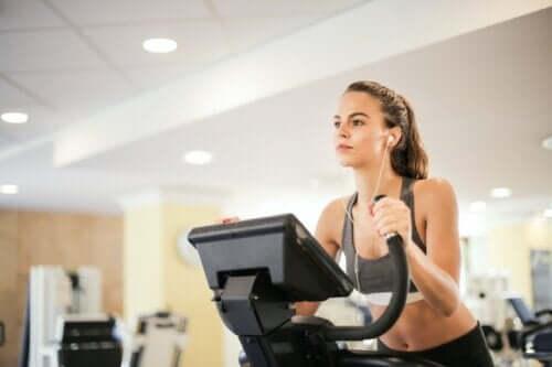 As melhores máquinas de academia para queimar calorias e tonificar os músculos