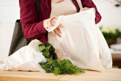 Mulher manuseando bags de pano