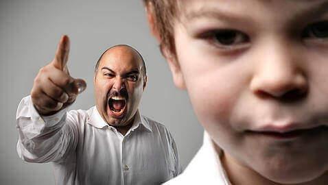 Pai gritando com o filho