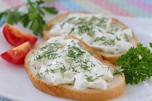 Pão untado com queijo vegano