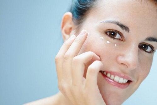 6 formas de cuidar da pele ao redor dos olhos