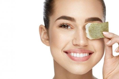 Mulher com saquinho de chá no olho