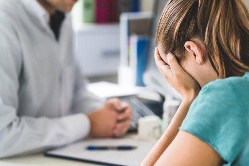 Menina com sinal de doença mental