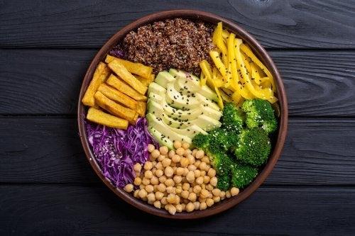 Opção de dieta vegana crua ou crudiveganismo