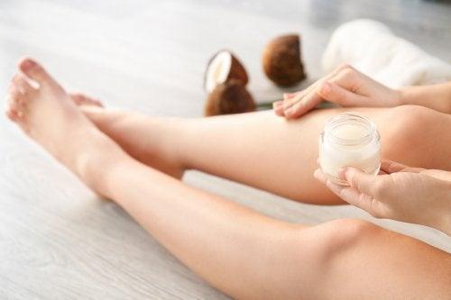 O vinagre de coco tem várias funções na estética, seja para o cabelo ou para a pele.