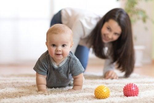 5 dicas para encorajar seu bebê a engatinhar