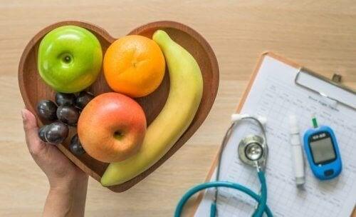 Frutas em uma tigela em forma de coração: melhore a dieta se você for diabético