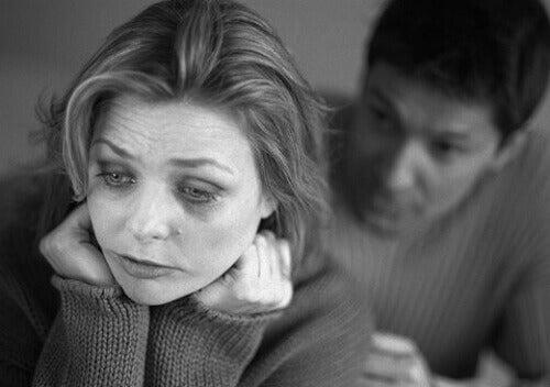 Mulher chorando e homem falando com ela